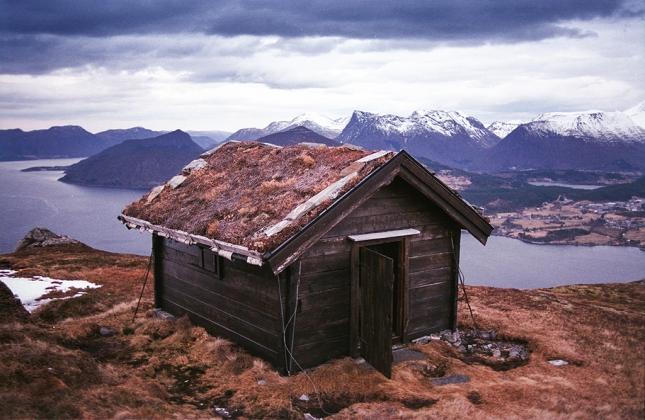 Кабина с земляной крышей возле Фолкстад, Норвегиz
