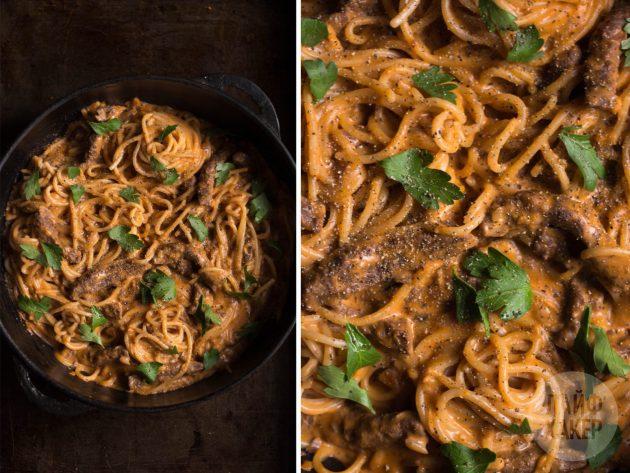 Что готовить на ужин каждый день: бефстроганов со спагетти в одной посуде