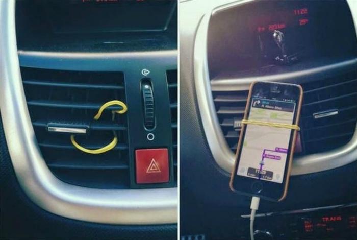 Закрепить телефон в автомобиле можно с помощью простой канцелярской резинки.