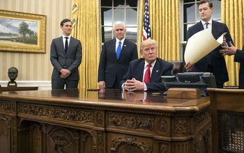 Трамп обустроил Овальный кабинет по своим вкусам: много золота и никакой техники
