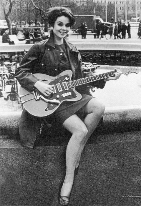 Длинноногая красавица с гитарой.  Фото: sibmincult.ru.