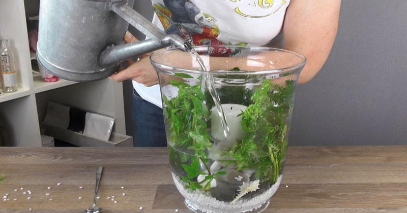 Она ставит свечу в большую вазу и заливает ее водой. Результат вызывает восторг!