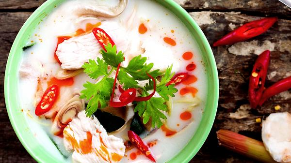 «Том Кха»: рецепт тайского супа на кокосовом молоке с курицей и креветками