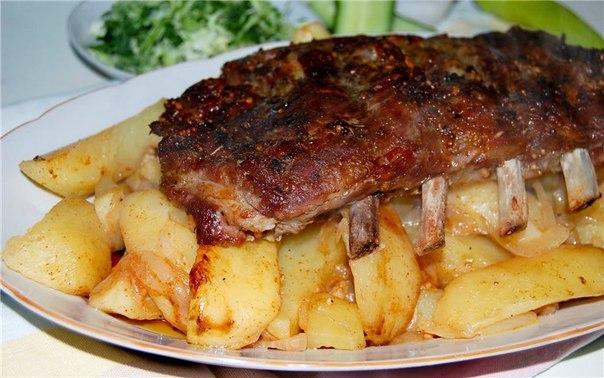Сказочно вкусные свиные рёбра с картофелем в рукаве. Мясо тает во рту!