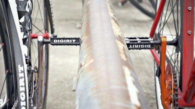 Магнитные педали не дадут велосипеду упасть на стоянке