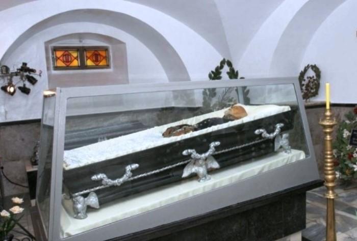 Мумия хирурга Н. Пирогова в усыпальнице | Фото: to-world-travel.ru
