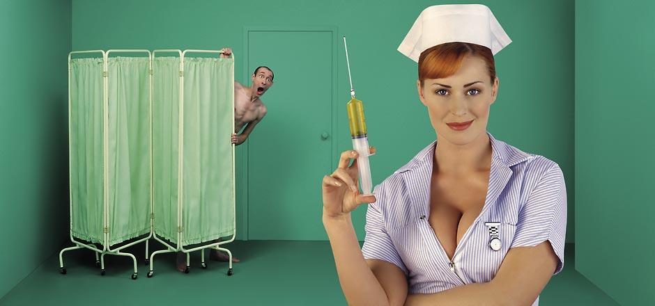 эротичная медсестра со шприцом делает укольчик