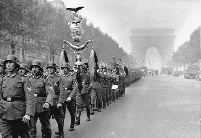 Солдаты вермахта в оккупированном Париже. | Фото: bredblog.com.