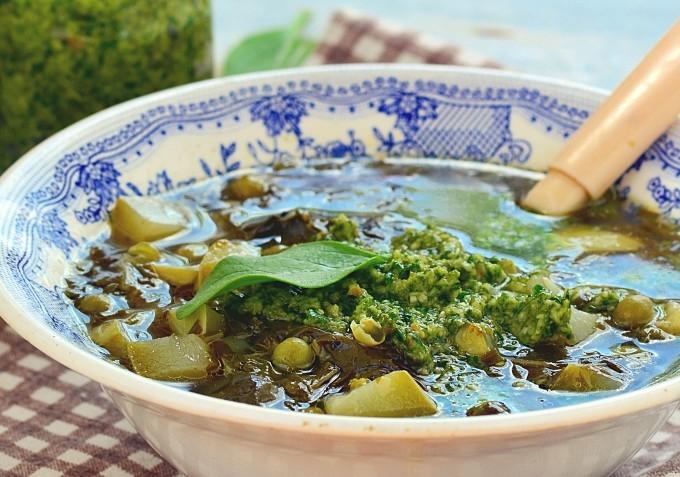 Суп из кабачка и щавеля с соусом песто
