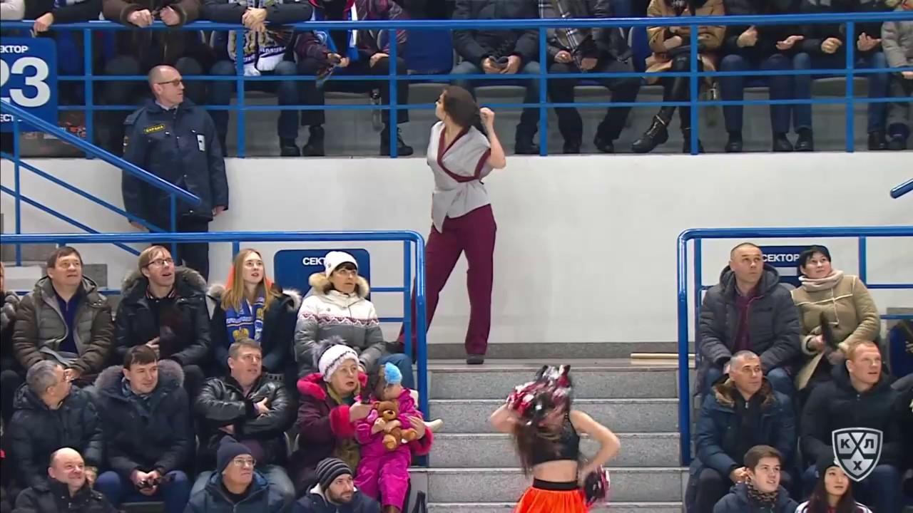 Супер танец уборщицы на хоккейном матче в Хабаровске