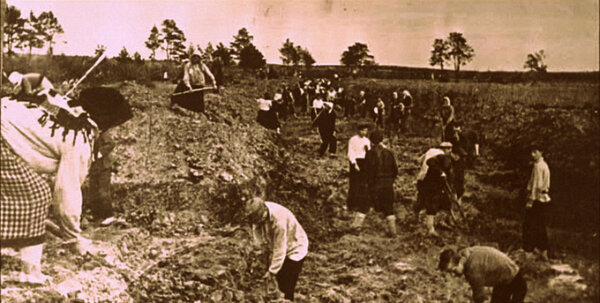 Могилевчане копают противотанковые рвы под Могилевом. 1941 г.