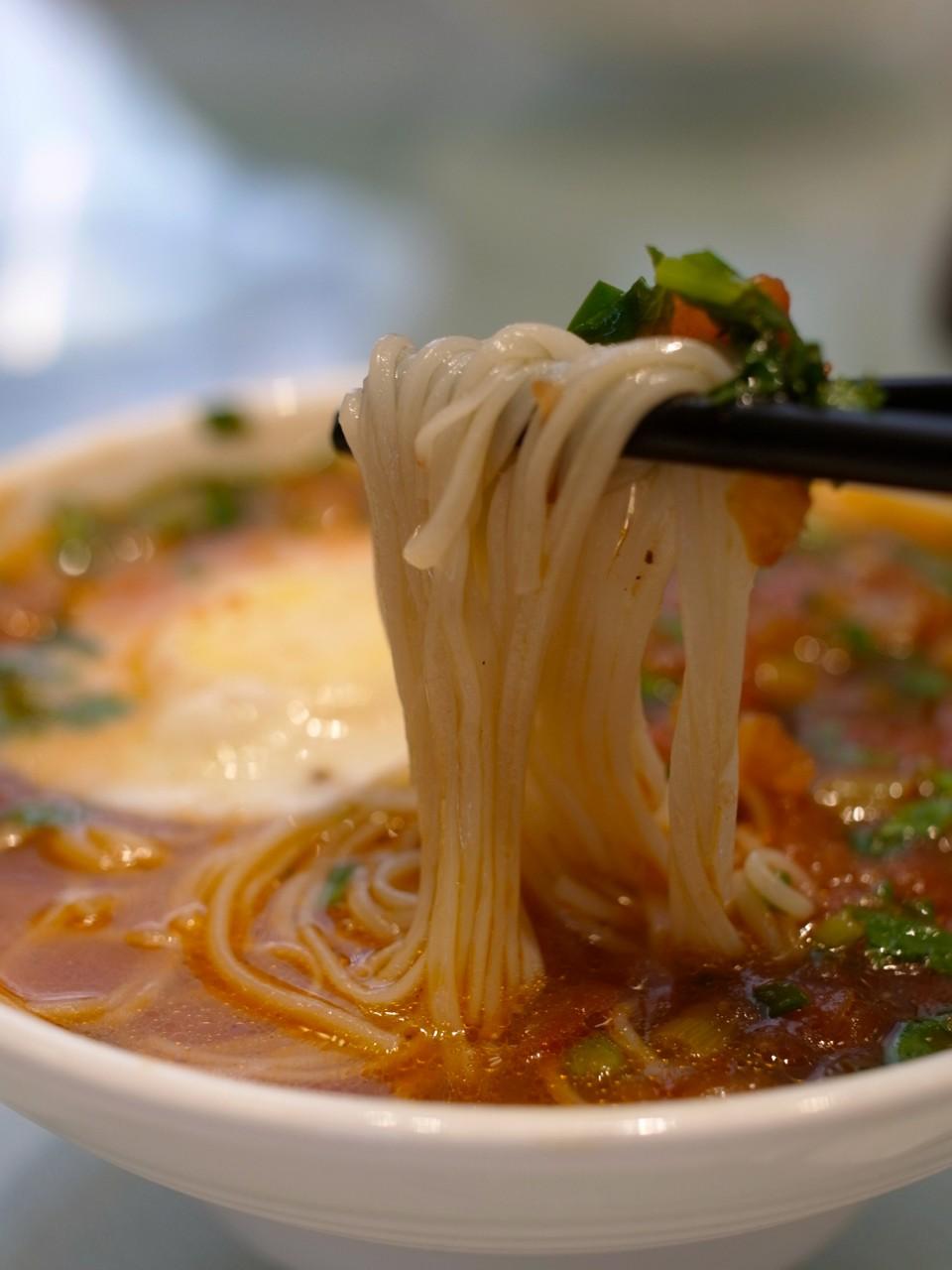 В Китае считается недопустимым разрезать лапшу во время еды. Длинная лапша олицетворяет долголетие. В случае если человек перерезает лапшу, он якобы укорачивает себе жизнь. (kattebelletje)