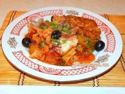 Рыба тушеная с овощами с кукурузными лепешками