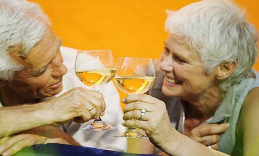 Прожить в браке больше 30 лет и остаться счастливыми супругам помогает алкоголь, - ученые