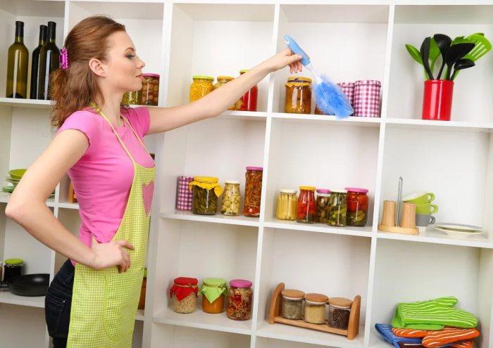 Стеллаж в интерьере кухни.