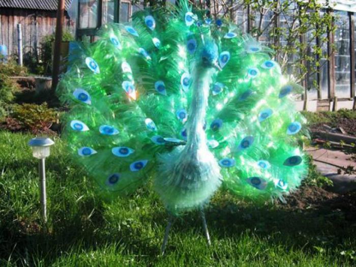 Павлин из бутылок пластиковых для сада