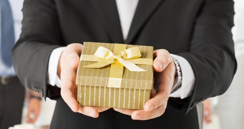 Подарки сотрудникам или физическое лицо