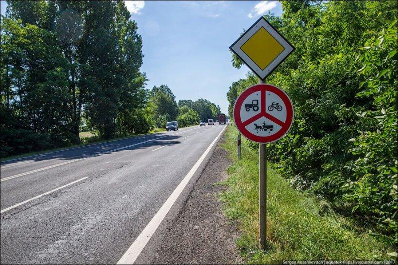 Вот такой знак стоит на дорогах для автомобилей. У нас я подобных не встречал вообще. авто, автопутешествие, движение, дороги, путешествие, сербия, фото, фоторепортаж