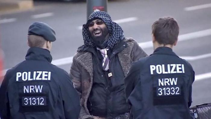 В Германии беженцу дали условный срок за изнасилование 6-летней девочки. Отец девочки убит полицией