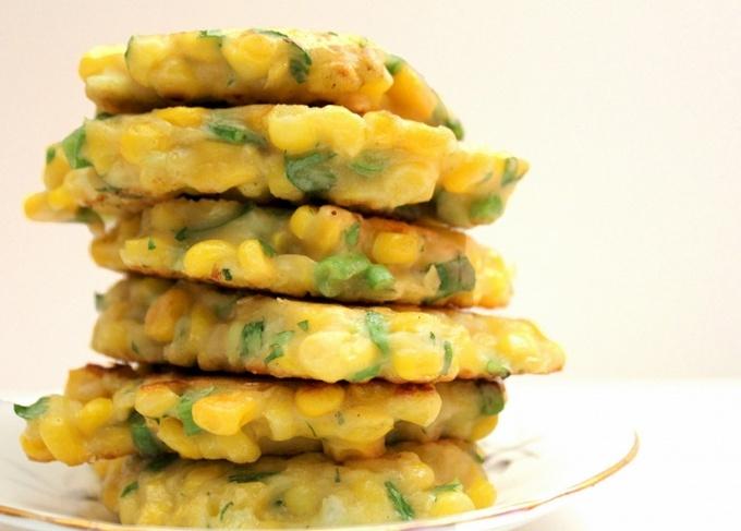 Оладьи из консервированной кукурузы на завтрак