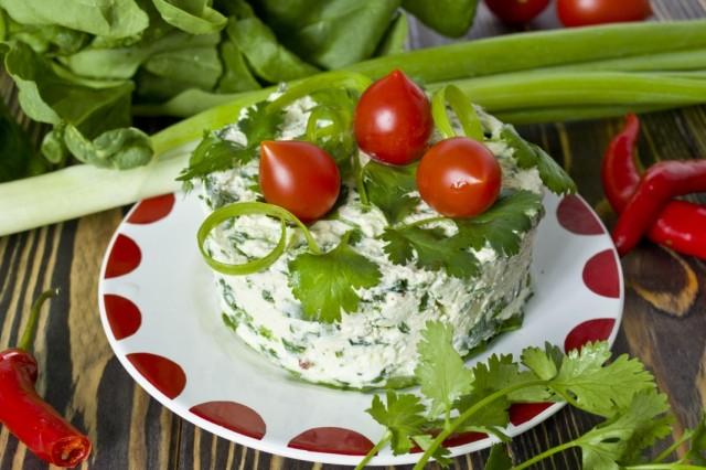 Салат с творогом, шпинатом и кинзой