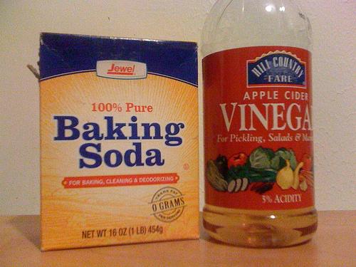 Используйте выпечки соды и уксуса, чтобы прочистить канализацию.