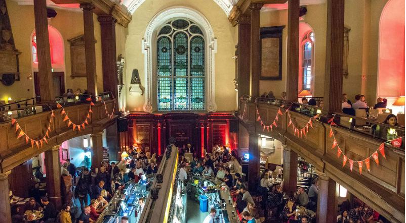 Пороки ночного Дублина: пьяный Хэллоуин в церкви и бомжи в галстуках