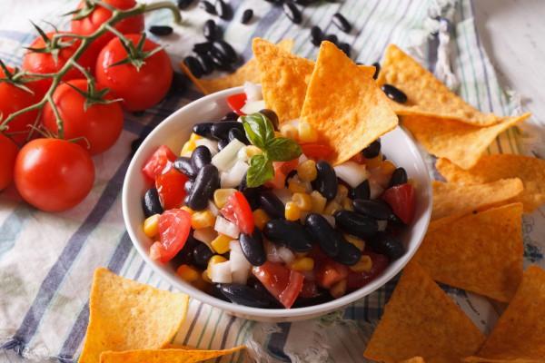 Осенний салат с фасолью и ветчиной