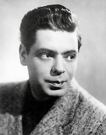 Райкин играл в театре, а в 1938 году состоялся его дебют в  в фильмах «Огненные годы» и «Доктор Калюжный». Тогда же он попробовал себя на эстраде, стал конферансье.  В ноябре 1939 года Аркадий Райкин стал лауреатом 1-го Всесоюзного конкурса артистов эстрады, выступив с номерами «Чаплин» и «Мишка», получив признание