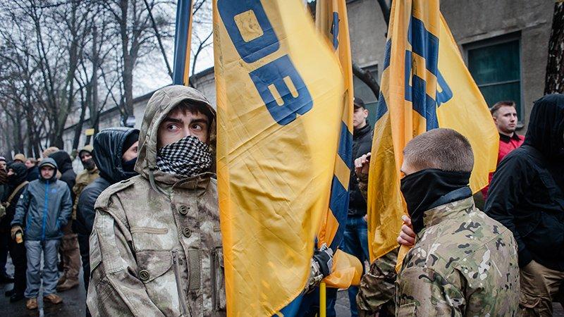 Радикалы из «Азова» продолжа…