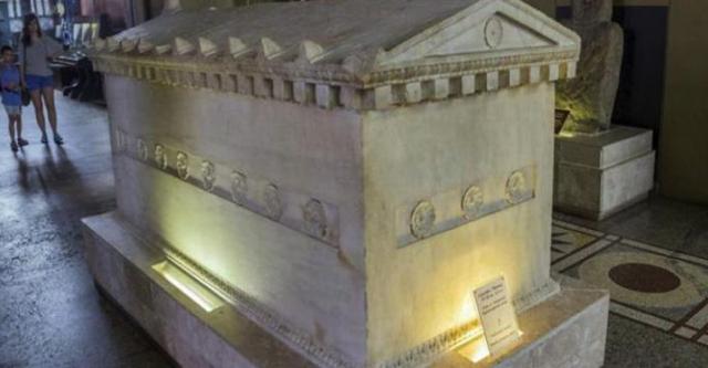 v-shaxte-byl-najden-kamennyj-grob-kotoromu-800-millionov-let-kogda-uchenye-ego-otkryli-byli-porazheny