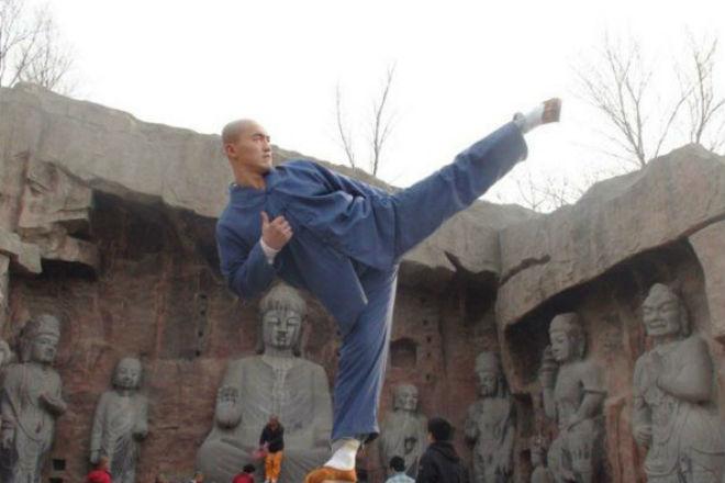 Отмороженный Шаолиньский монах уничтожает бойцов ММА на ринге — не пропустите это зрелище!