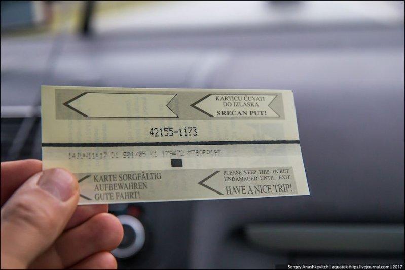 Талон привязывается к номеру машины, который высвечивается перед шлагбаумом на специальном табло. Номер машины также указан и на талоне. авто, автопутешествие, движение, дороги, путешествие, сербия, фото, фоторепортаж
