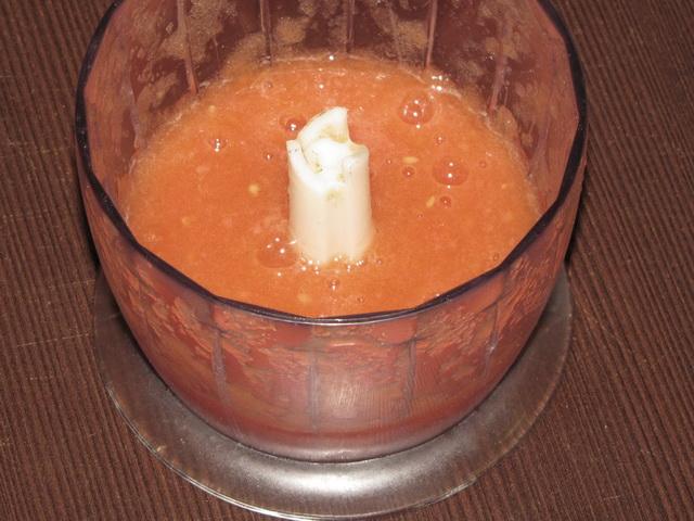 Измельчить помидор в блендере. пошаговое фото этапа приготовления запеканки из макарон