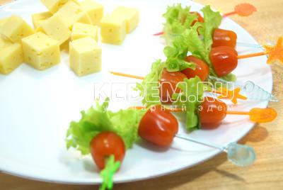 Добавить маленькие листики салата.