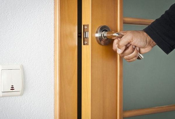 Как и чем правильно смазывать двери в квартире и машине, чтобы они не скрипели?