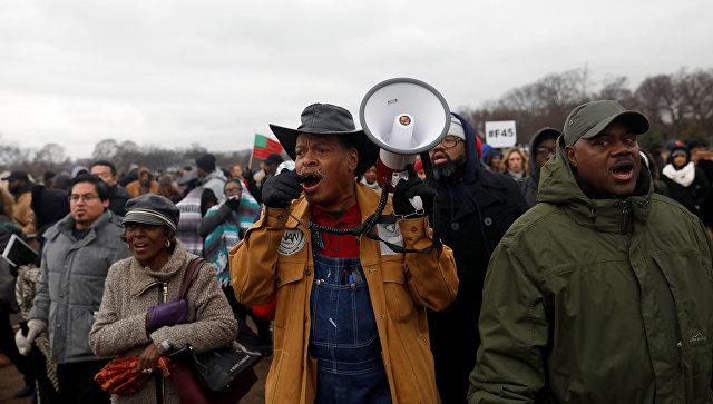 В Вашингтоне участники акции протеста бьют витрины магазинов
