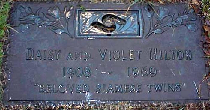 Могильная плита на кладбище Forest Lawn West Cemetery.