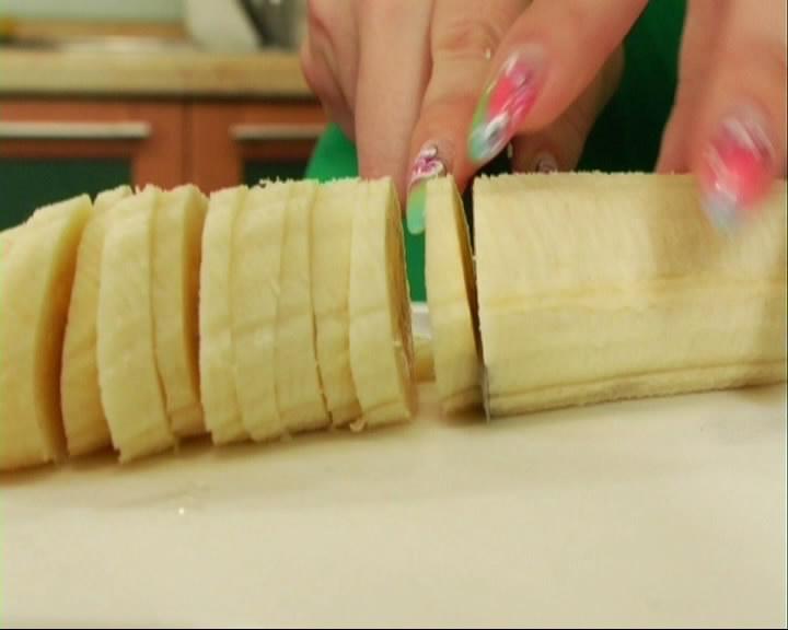 Чистим и нарезаем тонкими кружочками бананы.