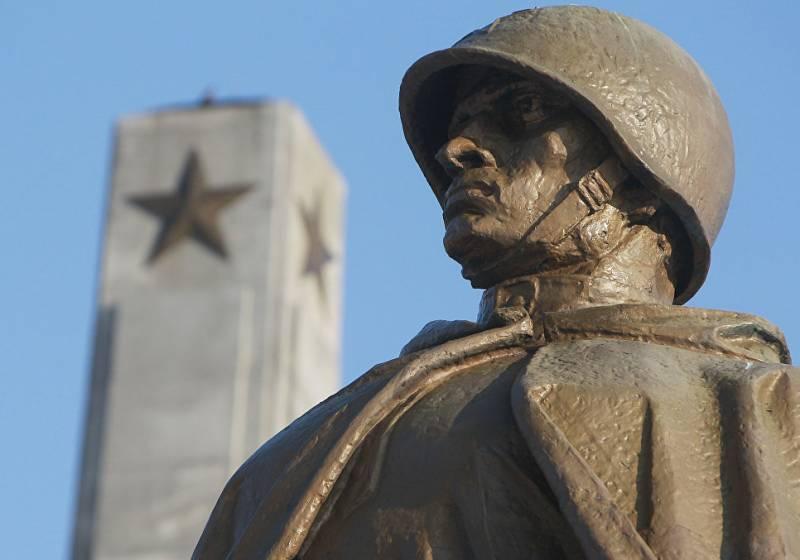 Российские законодатели предлагают ввести санкции против Польши из-за сноса памятников