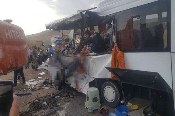 Снова Турция, снова автобус: упавший экскаватор раздавил пассажиров