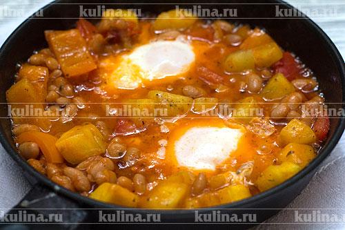 Довести яйца до готовности и подать блюдо к столу. Очень вкусно с мягким ароматным хлебом!