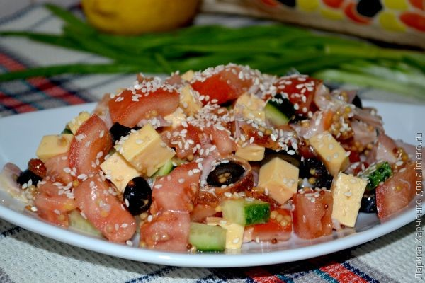 Салат овощной с курицей и кунжутом