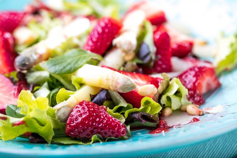 весенние салаты с клубникой