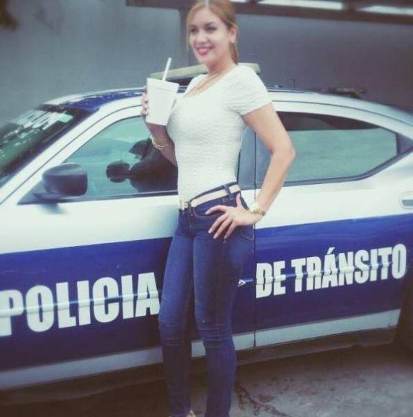 Фигуристые мексиканские гаишницы никак не способствуют улучшению ситуации на дорогах