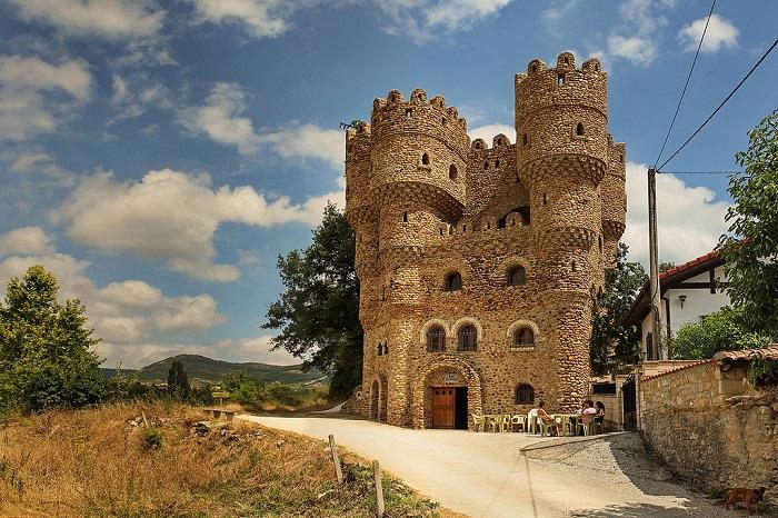 Дом-замок, который в одиночку построил Серафим Вилларан.