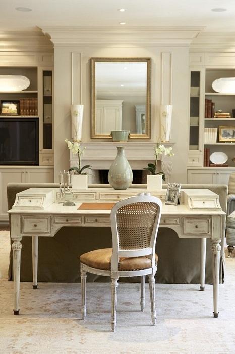 Интересный столик возможно использовать в качестве небольшого, но удобного рабочего места.