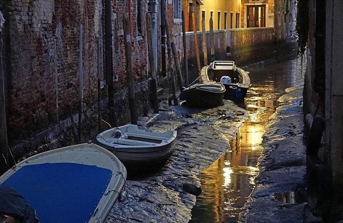 Аномалия в Венеции —  знаменитые каналы остались без воды