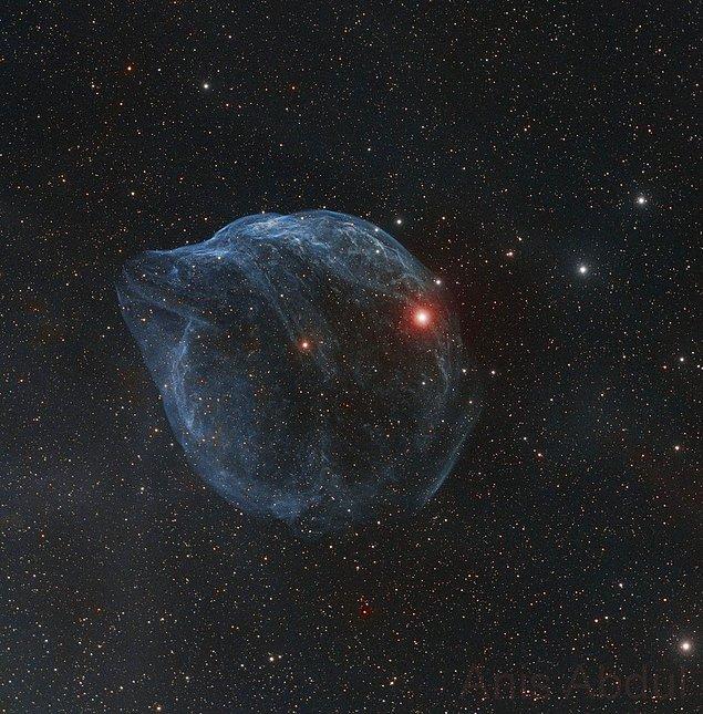 «Космический пузырь», выдутый стремительным ветром горячей и массивной звезды. Находится на расстоянии около 5200 световых лет от Земли в созвездии Большого Пса.