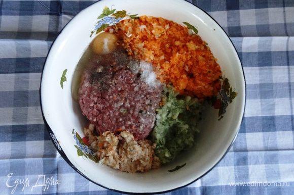 Смешать с фаршем все измельченные ингредиенты. Добавить багет, яйцо, соль и перец по вкусу.